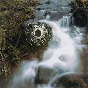 Wet wool laid on river stone, (Scaur Water, Dumfriesshire, Ecosse), Andy Goldsworthy, 17 et 29 janvier 2007.