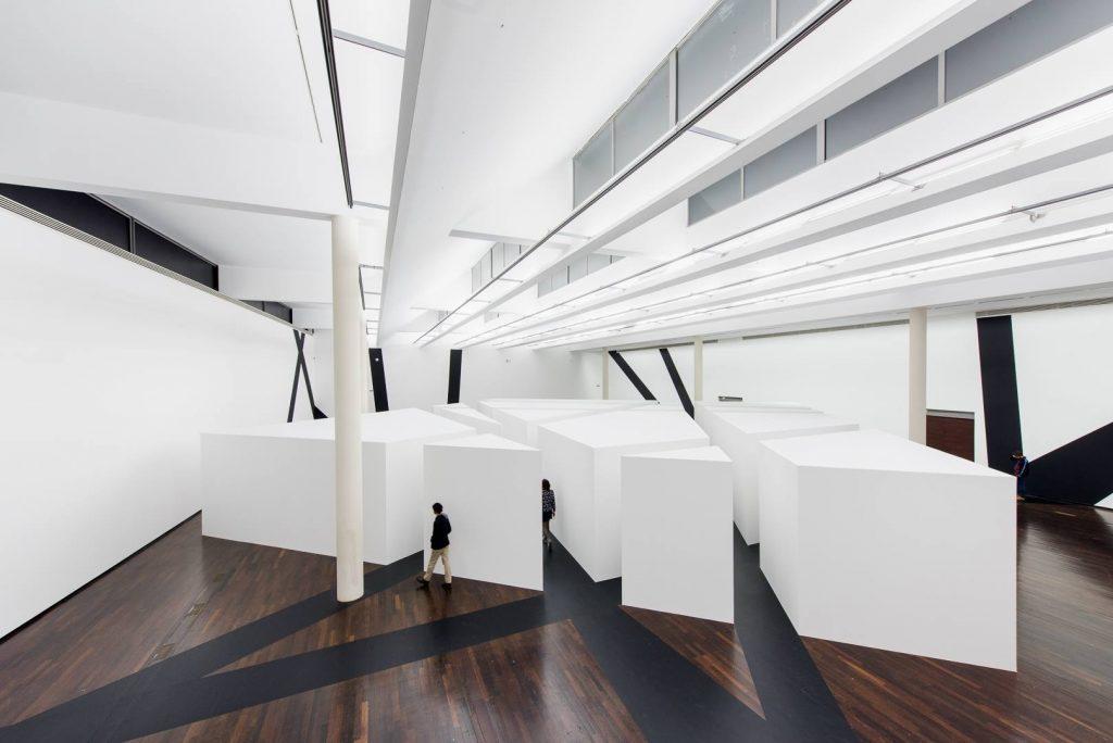 Seven Corridors, exposition-installation conçue pour les dix ans du Mac Val de Vitry-sur-Seine François Morellet, 2015