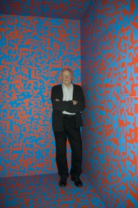 François Morellet devant son œuvre <i>Répartition aléatoire de 40 000 carrés</i> (1963), au Centre Pompidou en 2011.