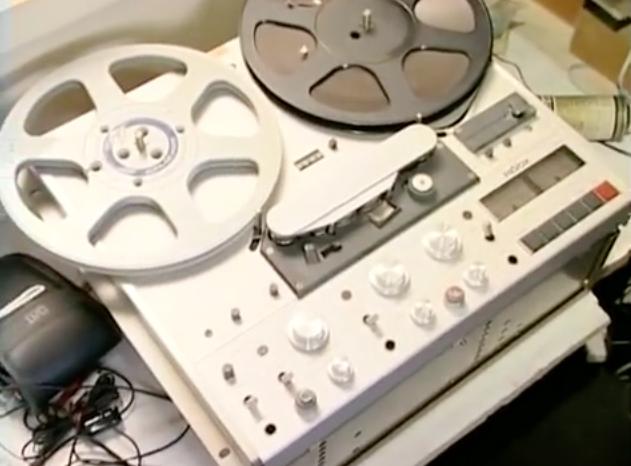 Magnétophone à bande pour enregistrer les séquences sonores émises par le synthétiseur de son.