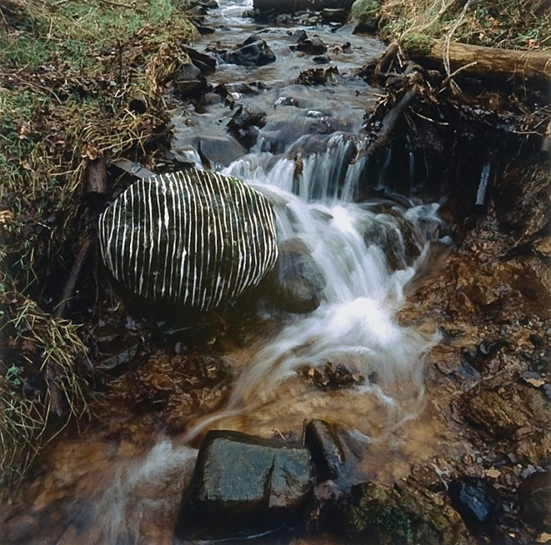 Wet wool laid on river stone (Scaur Water, Dumfriesshire), Andy Goldsworthy, janvier 2007.