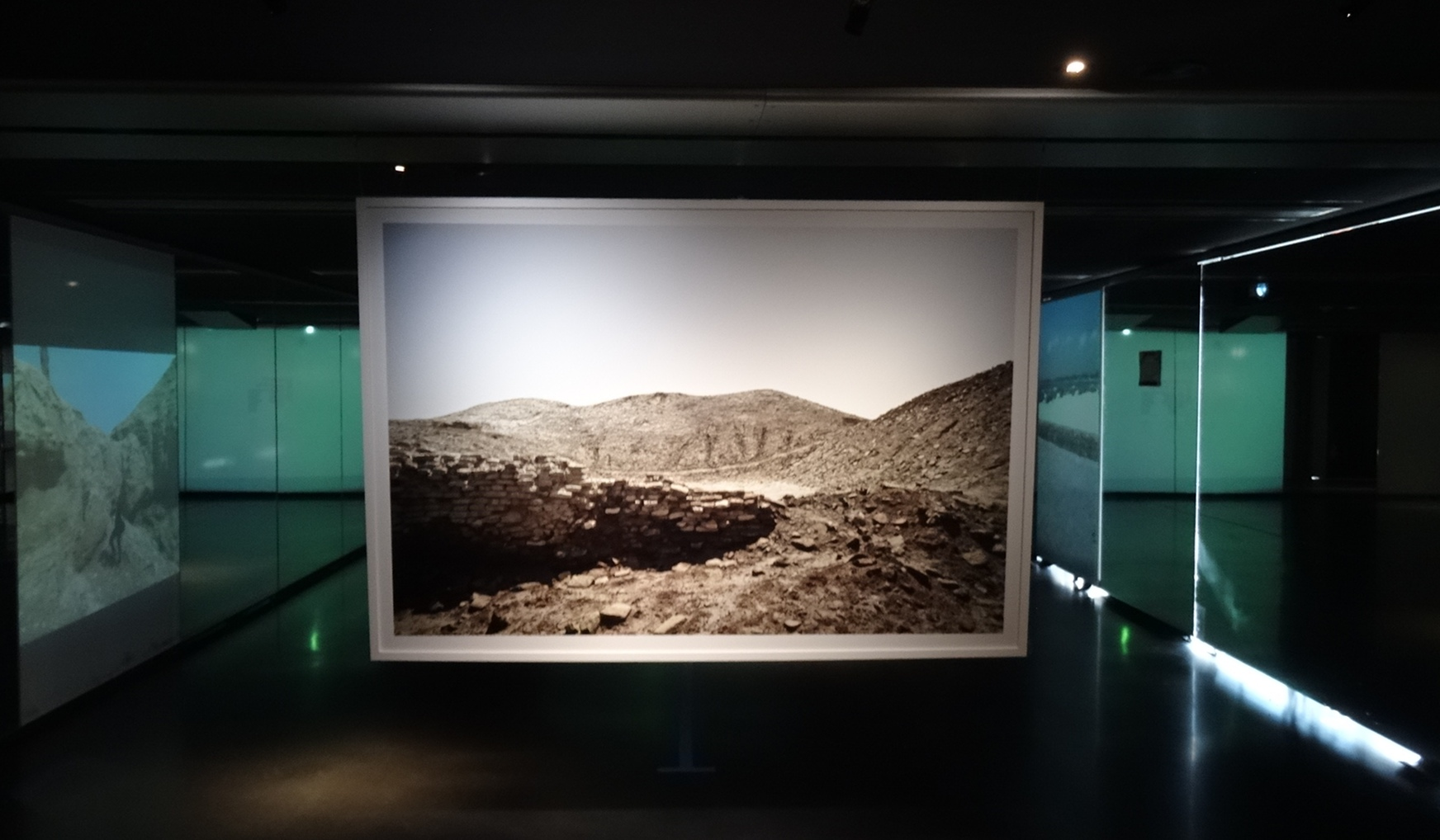 Vue de l'exposition Last water war, ruins of a future à l'Institut du monde arabe, Emeric Lhuisset, 2016.