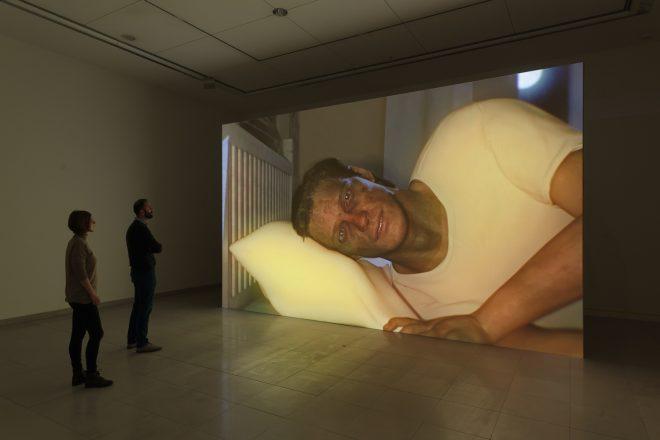 «Hisser», Ed Atkins, 2015. Vue de l'exposition «Corpsing» au MMK de Francfort