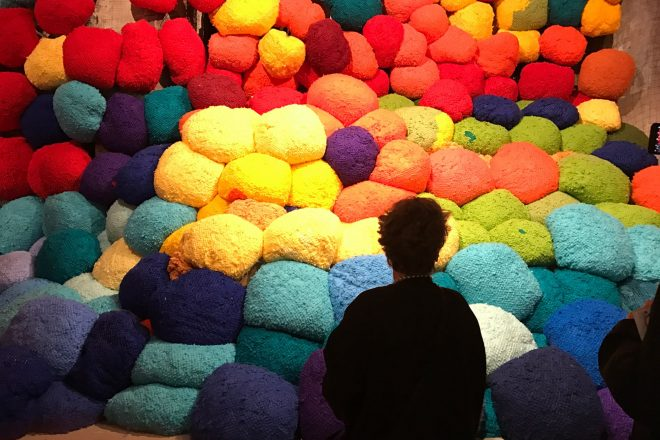 « Escalade Beyond Chromatic Lands », Sheila Hicks, 2017. Exposition internationale « Viva Arte Viva »