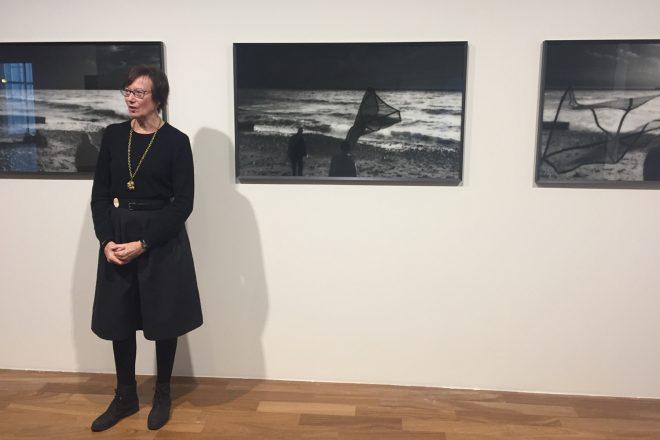 Corinne Mercadier devant un extrait de sa série «Longue distance», 2005-2007