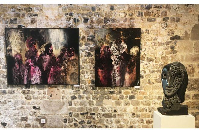 Vue de l'exposition réunissant les toiles de Christophe Miralles (au mur) et les sculptures de Jean-Yves Gosti (à droite)
