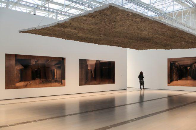 «Poliptico VIII» (aux murs), 2003, et «Sin título (Techo Suspendido Inclinado)», 1997, Cristina Iglesias