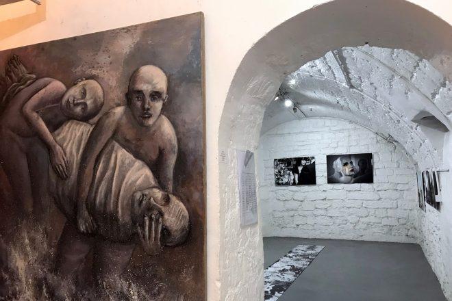 Vue de l'exposition « D'une Image à l'Autre ». A gauche : « Ceux qui portent », Alain Nahum, 2017-2018
