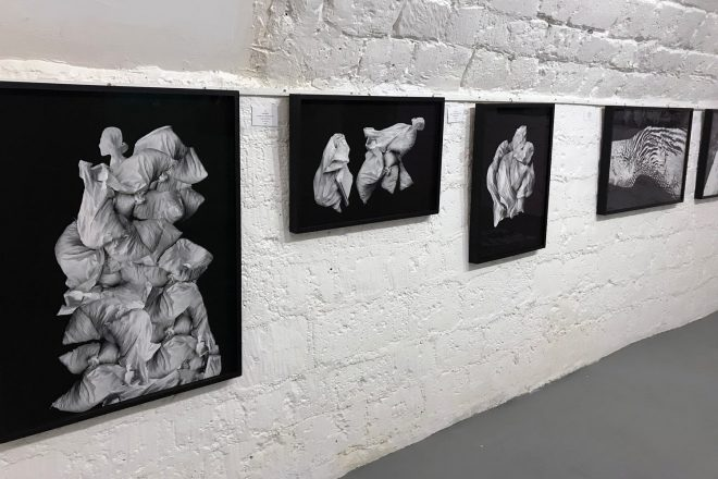 Série « Sacs de gravats », Alain Nahum, 2017. Vue de l'exposition « D'une Image à l'Autre »