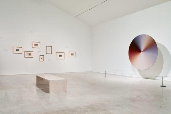 Vue de l'exposition «A place that exists only in moonlight» (à droite, «Cosmic Spectrum», 2019), Katie Paterson