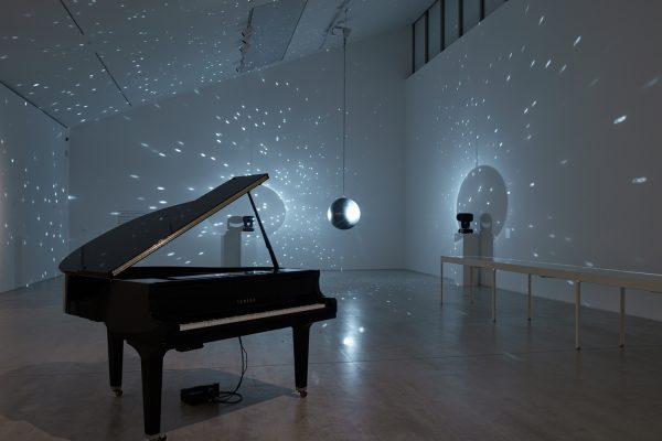 Vue de l'exposition «A place that exists only in moonlight» («Earth–Moon–Earth », 2007), Katie Paterson