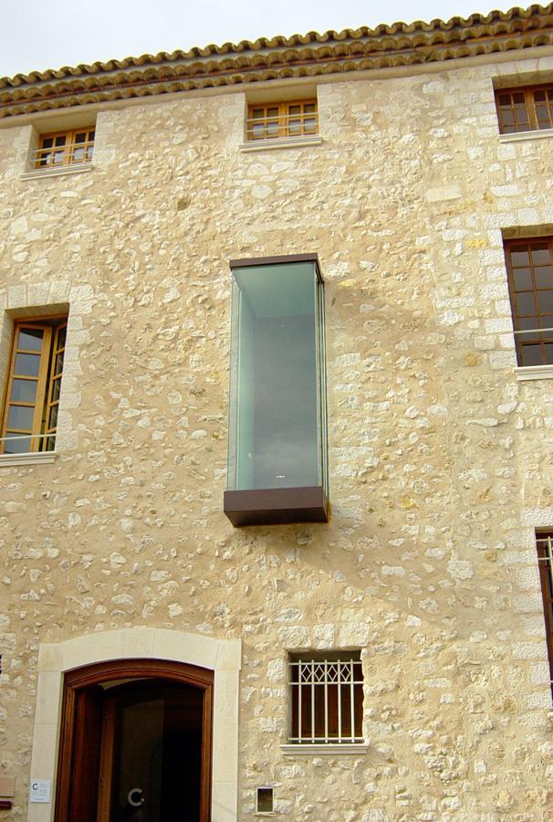 | Bloc vitré en façade soulignant@ l'alliance du patrimoine@ avec l'art d'aujourd'hui.
