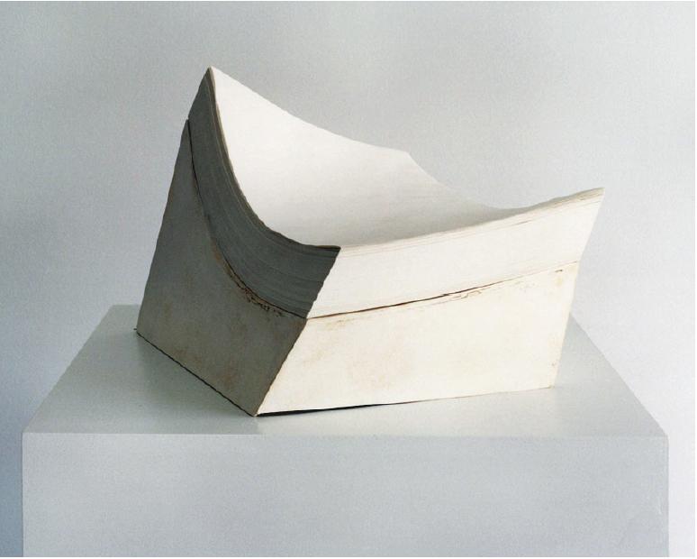 Untitled (paper stand), Une ramette de feuilles au@ repos jaunit tranquillement @sur un socle