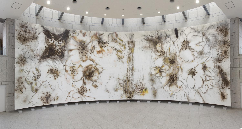 Vue de l'installation «Nighttime Sakura» au Yokohama Museum of Art, Cai Guo-Qiang